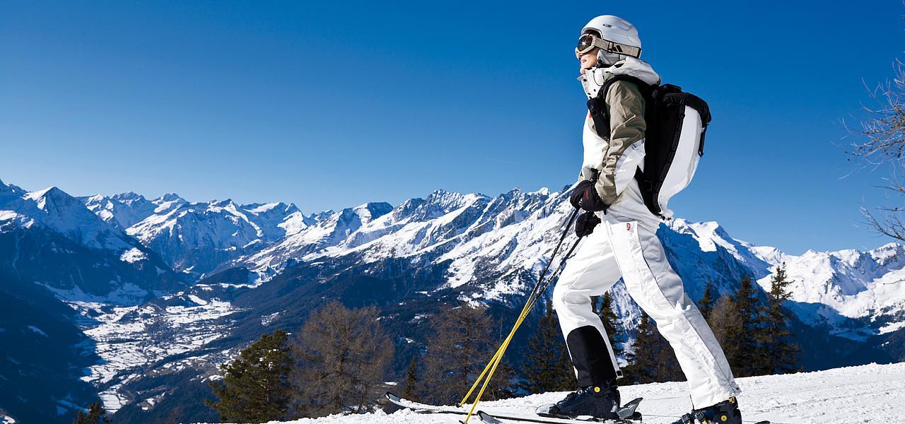 DIADHEME:WORK:MaxMarketing:KLIENTI:OW:OW Winter:2016:podklady:PR raw:Foto:AKTIV:Skifahrerin mit Panorama Gradonna (c) Schultz-Gruppe.jpg