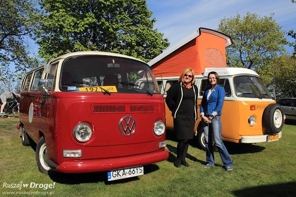 Kasia Marczewska i Ewa Suchecka przed zabytkowymi VW
