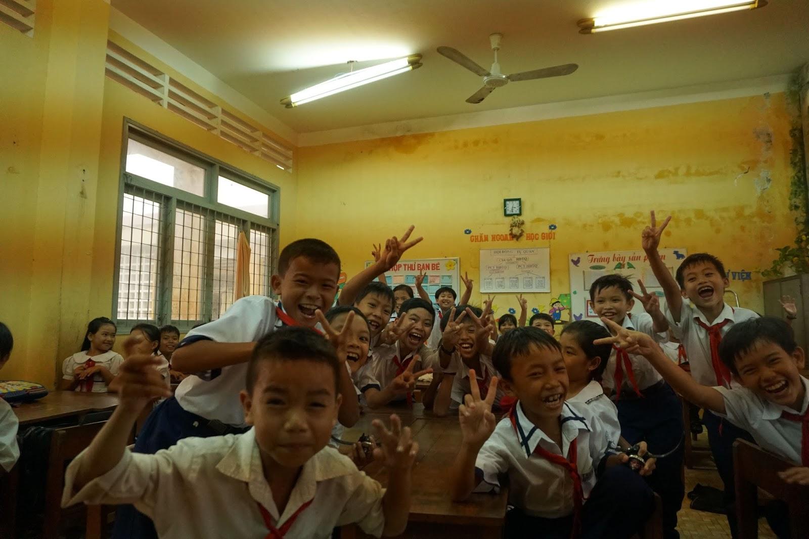Các em vui vẻ vào lớp chơi đùa...và đặc biệt các em rất thích chụp ảnh