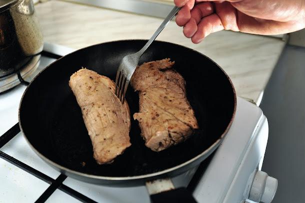 Razvan Anton muschi de porc prajit in tigaie antiaderenta cu putin ulei