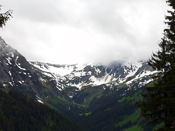 Blick vom Weg auf den Gipfel des Walmendingerhorns