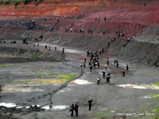 Des creuseurs clandestins dans une mine de cuivre de la Chemaf à Lubumbashi (Décembre 2012)