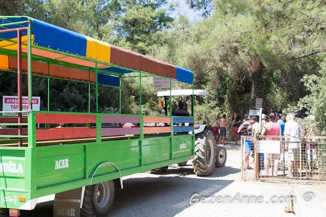 plaja gitmek için traktörü bekleyen insanlar, İncekum Marmaris
