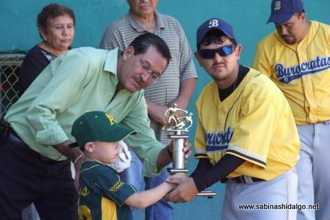 Entrega de trofeo a Azael Rodríguez