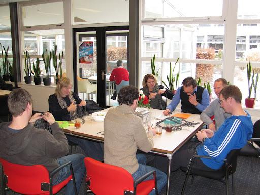 09 feb leraren werken aan de pruiken in de docentenkamer (4).JPG
