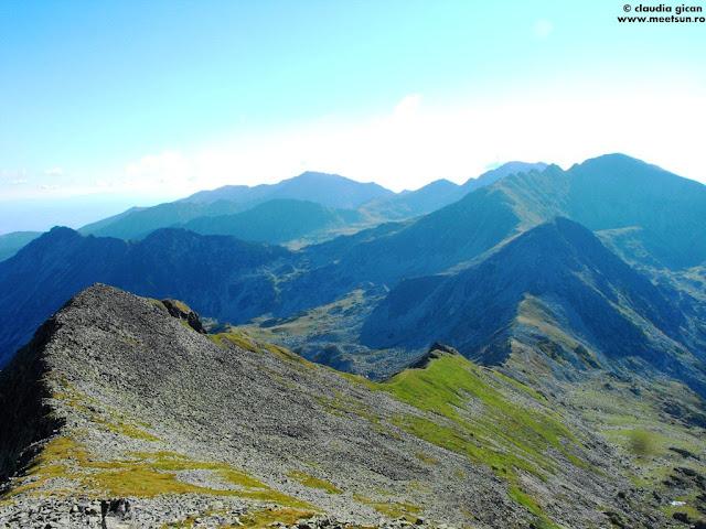din aproape în depărtare: Bucura II, Custura Bucurei, Colții Pelegii, Peleaga, Păpușa...