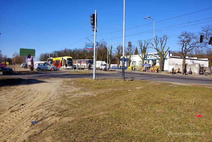 Znaczniki przed skrzyżowaniem z ul. Liściastą.