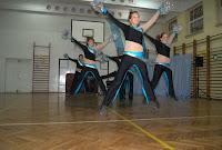 Najnowsze trendy taneczne i muzyczne. Nowe choreografie w całkowicie nowych strojach. Ogromne ilości godzin spędzonych na sali treningowej , wylane litry potu,  przedarte nie jedne baletki  to tylko namiastka tego z czym na co dzień borykają się te ambitne, wysportowane cheerleaderki -doświadczonej instruktorki, pani choreograf, muzyk, projektant, opiekun wszystkich grup wiekowych Pani Agnieszki Horosin.