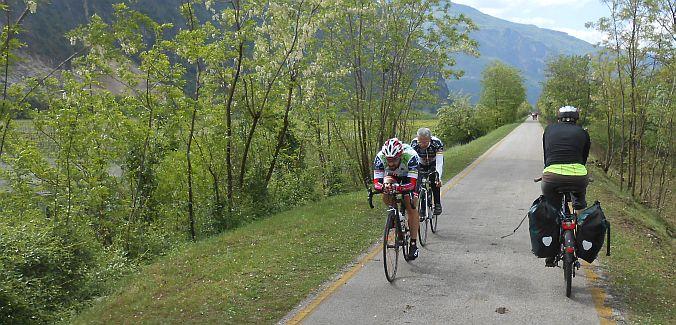 Miri und Gegenverkehr am 1. Mai auf dem Etsch-/Adige-Radweg