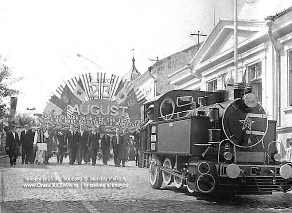 Locomotivă de mici dimensiuni plimbată pe străzile din centrul Sucevei cu ocazia zilei naţionale, la 23 august