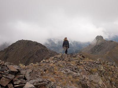 Arribant al cim d'Angonella, amb el Cataperdís a l'esquerra i l'Arcalís a la dreta