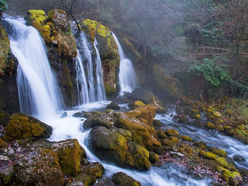 La bonica cascada de les Fonts del Bastareny, a l'inici de la ruta