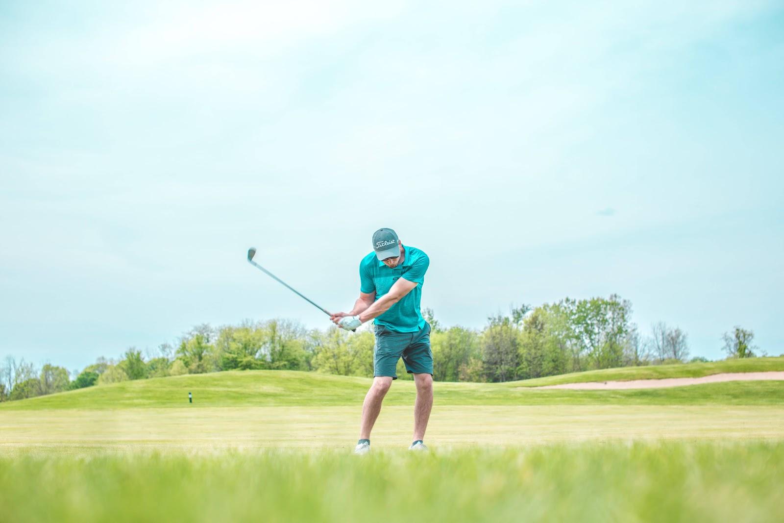 uomo-che-gioca-a-golf
