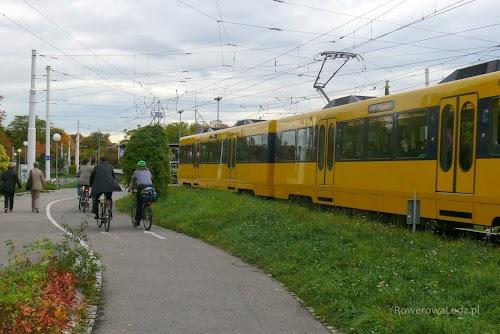 Wiele dróg w Stuttgarcie prowadzonych jest przez parki, które nierzadko usytuowane są wzdłuż np. linii kolejowych, albo tramwajowych.