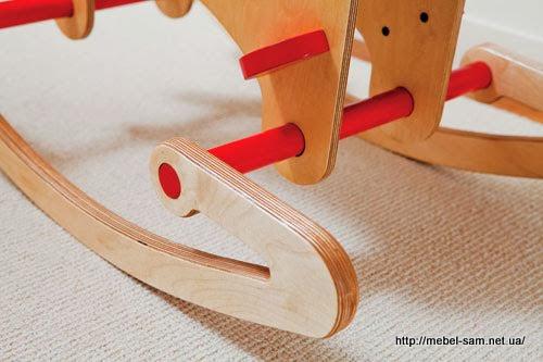 Передние ноги лошадки крупным планом