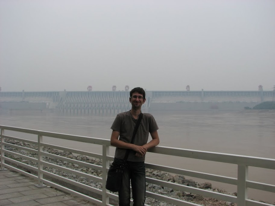 Nico devant le barrage.