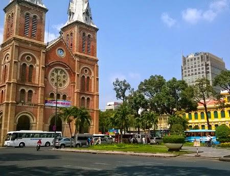 Công viên trước nhà thờ Đức Bà và Bưu điện trung tâm thành phố không còn nhộn nhịp như thường ngày
