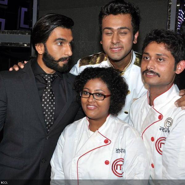 Ranveer Singh shares the frame with the finalists, Ripu Daman Handa, Doyel Sarangi and Navneet Rastogi during the grand finale of the cookery show Master Chef Season 3, held in Mumbai. (Pic: Viral Bhayani)<br />