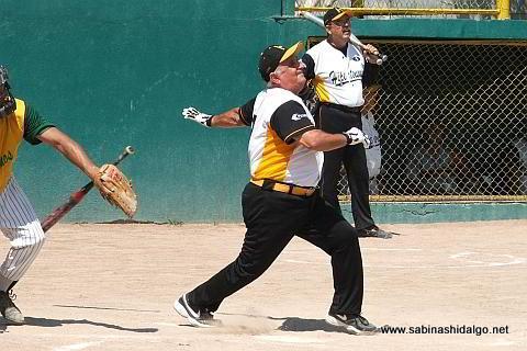 Julián Santos bateando por Hipertensos en el softbol de veteranos