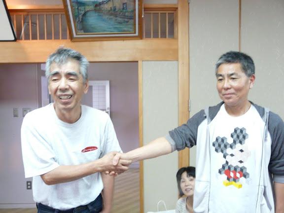 佐々木さんと信治さん、堅い握手を交わしました