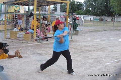 Anabel Buentello bateando por La Raza en el softbol femenil
