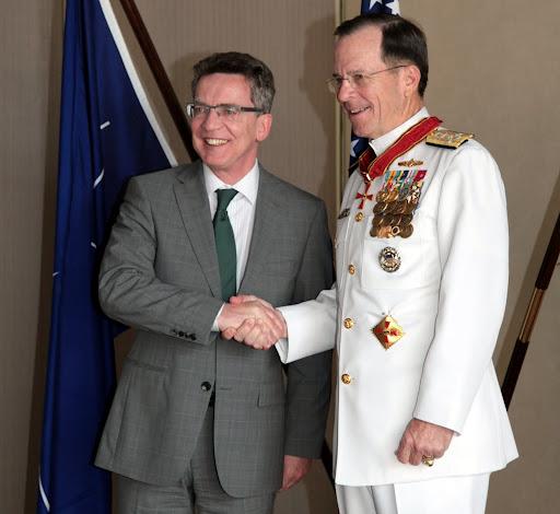 Thomas de Maizière gratuliert Admiral Mullen