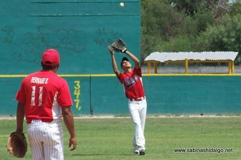 César Leza fildeando por Mineros de Vallecillo en el beisbol municipal