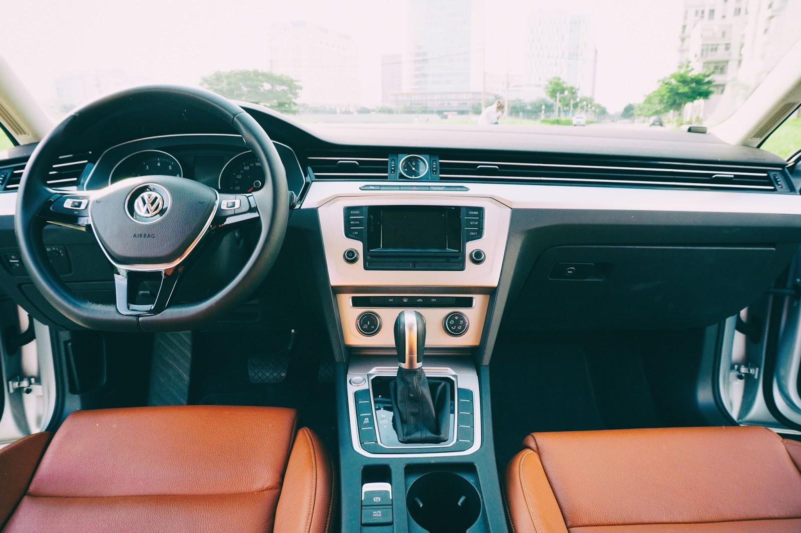 Khoang điều khiển của Volkswagen Passat 2016 khá cổ điển, giản đơn
