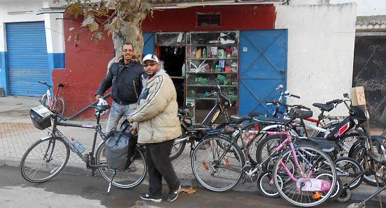 Meine Helfer Chakir und Mbarak vor einem Fahrradladen in Kénitra, Marokko