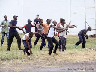Feignant de résister à la charge de la police lors de l'exhibition le 4/07/2012 à Kinshasa, durant la présentation de la nouvelle unité spécialisée à  lutter contre des gangsters, communément appelé «Kuluna». Radio Okapi/ Ph. John Bompengo