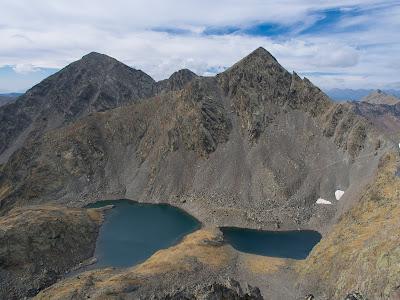 Rere els Estanys Forcats sobresurten el Comapedrosa, el Baiau i la Roca Entravessada