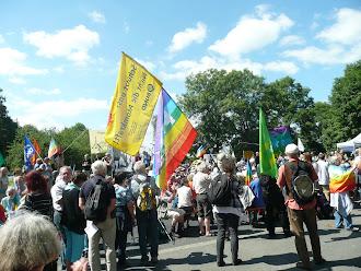 Demonstranten mit Friedensfahnen.