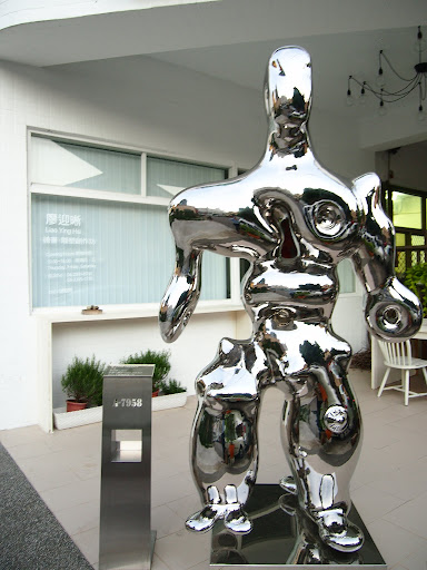 廖迎晰工作室門口金屬雕塑