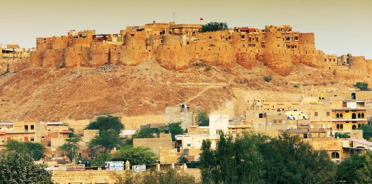Standing amidst the Thar desert, Jaisalmer Fort is one of the largest fortifications in the world.