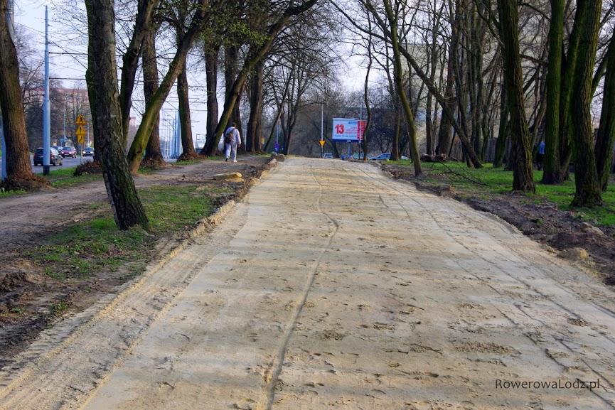 Droga będzie biegła pomiędzy szpalerami drzew.