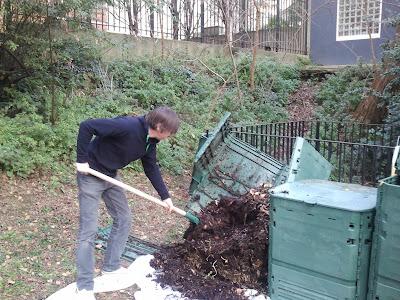 On vide la bac à compost pour mettre en maturation