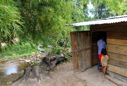 Dù cuộc sống còn rất khó khăn, nhưng 5 người phụ nữ ở khóm Ka Tăng gồm chị Phạm Thị Lan, Hồ Thị Nhung, Hồ Thị Hạnh, Đào Thị Thiệp, Lê Thị Hiệp đã nhận đỡ đầu, làm
