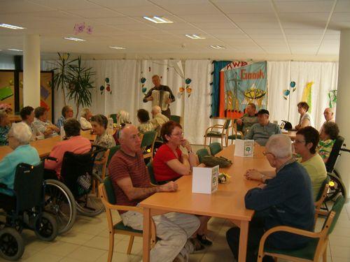 De bewoners van rusthuis Eyckenborch krijgen bezoek van KWB Gooik &amp Strijland.