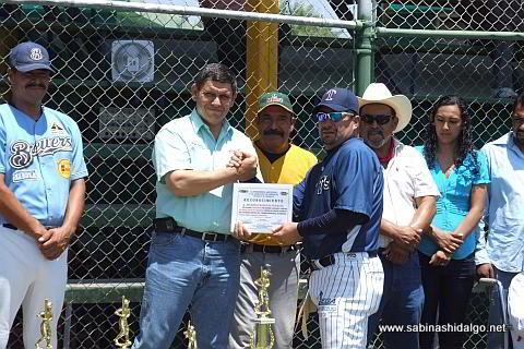 Reconocimiento a Ricardo Cárdenas por juego sin hit ni carrera