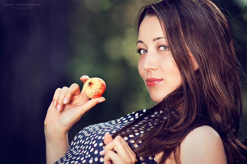 Портреная фотосессия. Выездная фотосессия. Девушка в саду. Девушка и яблоко. Портфолио. Фотограф Катрин Белоцерковская
