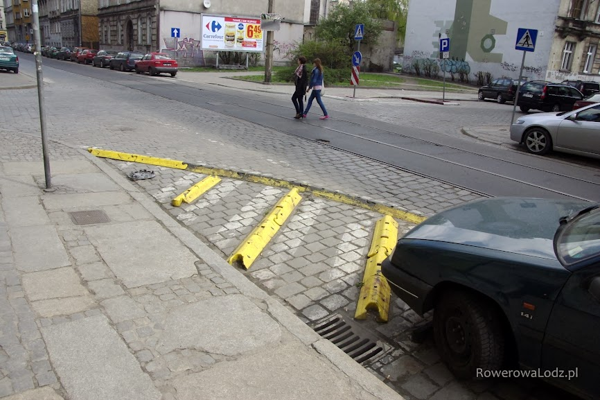 Przy samych skrzyżowaniach nie wolno parkować, ale żeby mieć pewność zakłada się coś takiego. Przy okazji zapewnia się większą widoczność.