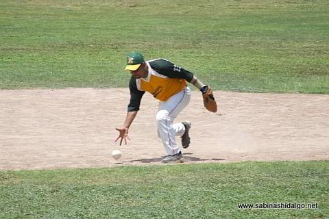 José Luis López fildeando a mano limpia por Amigos en el softbol dominical