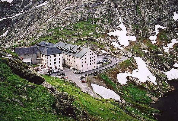 Barry pertencia ao hospício e ajudava no salvamento de pessoas que se perdiam nos Alpes