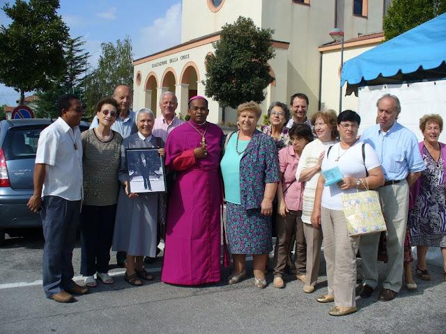 Mons. Fabien assieme al Gruppo Missionario