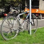 Rower przypięty do znaku