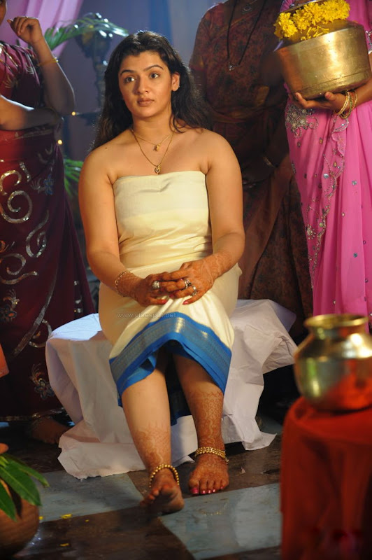 South Hot and Sexy Aarathi Agarwal Bathing Dress in Neelaveni Telugu Movie Photos unseen pics