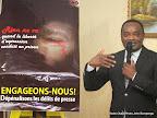 Monsieur Didier Mumengi présentant un tableau aux journalistes le 30/10/2014 à Kinshasa, lors d'une rencontre organisée par la JED, relative avec la dépénalisation des délits de presse. Radio Okapi/Photo John Bompengo