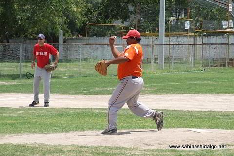 Mauro Linares lanzando por Burócratas B en el softbol dominical