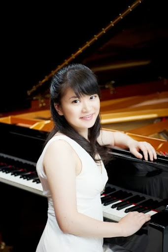 Mami Hagiwara lives in Paris and studies chamber music at the Paris Conservatory of Music.