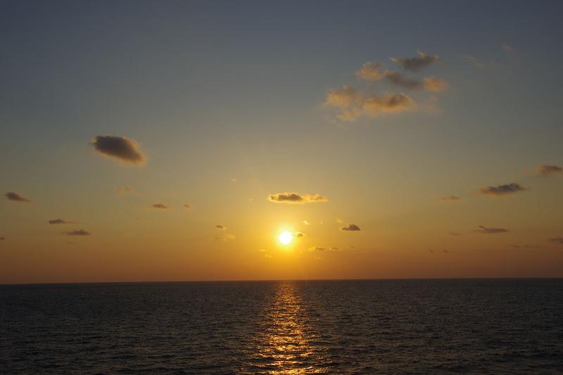 日本海に沈む夕陽(新日本海フェリー)